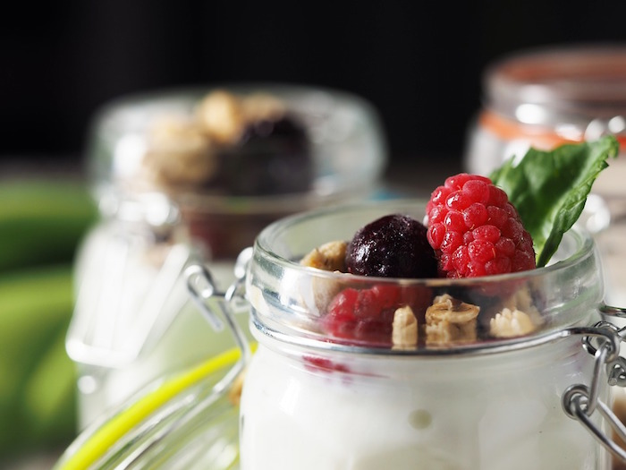 berry yoghurt mason jars